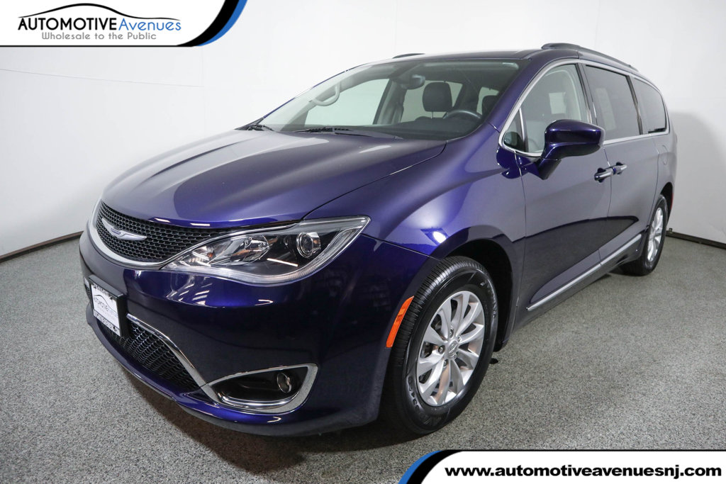 Pre-Owned 2017 Chrysler Pacifica Touring-L 4dr Wagon with Rear Entertainment System