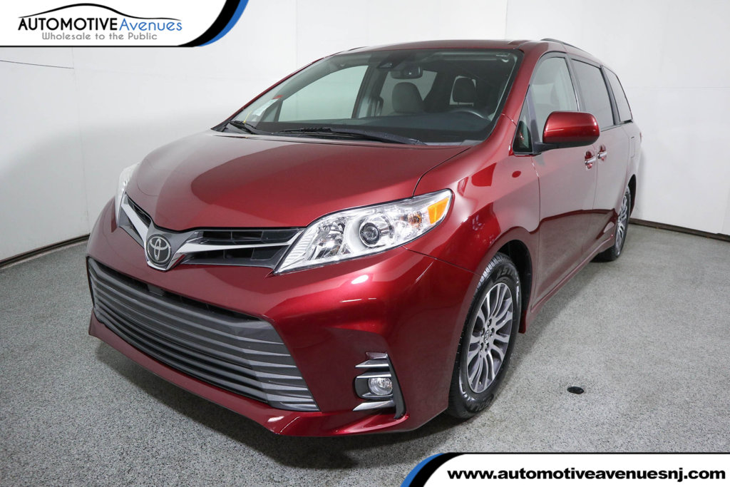 Pre-Owned 2018 Toyota Sienna XLE FWD 8-Passenger